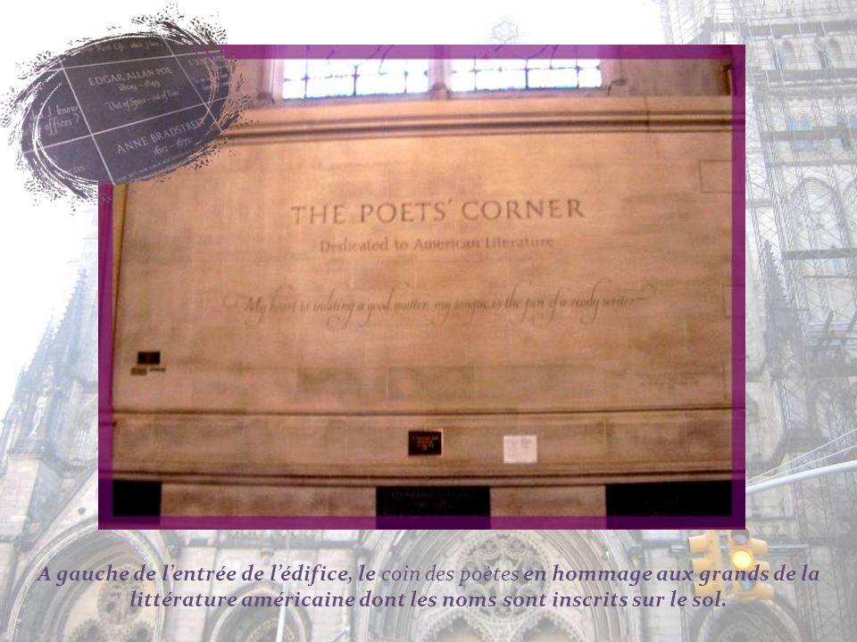 A gauche de l'entrée de l'édifice, le coin des poètes en hommage aux grands de la littérature américaine dont les noms sont inscrits sur le sol.