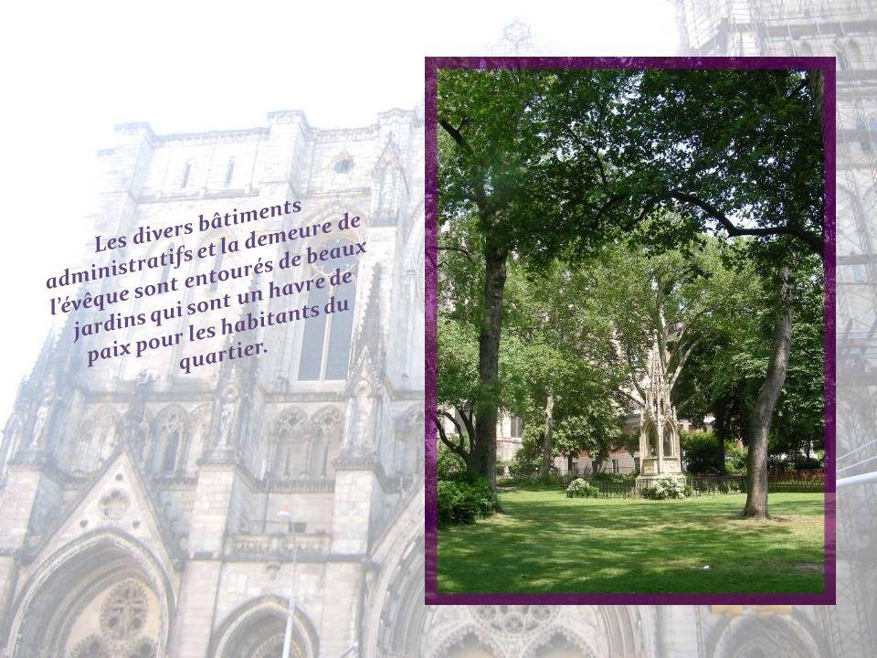 Les divers bâtiments administratifs et la demeure de l'évêque sont entourés de beaux jardins qui sont un havre de paix pour les habitants du quartier.