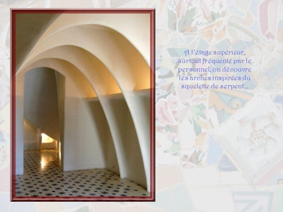 A l'étage supérieur, surtout fréquenté par le personnel, on découvre les arches inspirées du squelette de serpent…