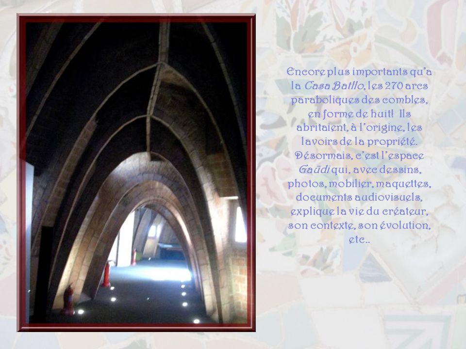 Encore plus importants qu'a la Casa Batllo, les 270 arcs paraboliques des combles, en forme de huit.