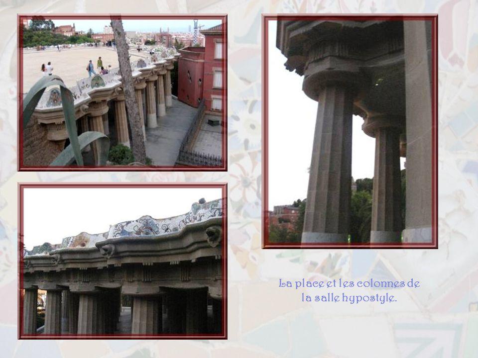 La place et les colonnes de la salle hypostyle.