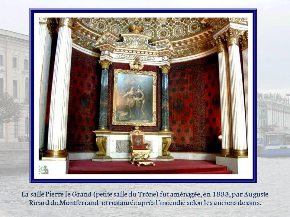 La salle Pierre le Grand (petite salle du Trône) fut aménagée, en 1833, par Auguste Ricard de Montferrand et restaurée après l'incendie selon les anciens dessins.