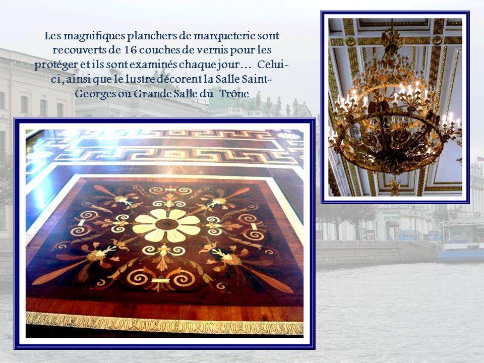Les magnifiques planchers de marqueterie sont recouverts de 16 couches de vernis pour les protéger et ils sont examinés chaque jour… Celui-ci, ainsi que le lustre décorent la Salle Saint-Georges ou Grande Salle du Trône