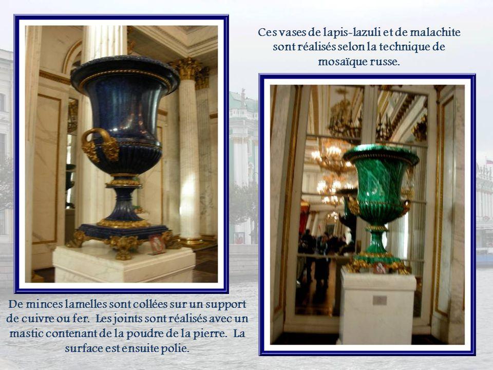 Ces vases de lapis-lazuli et de malachite sont réalisés selon la technique de mosaïque russe.