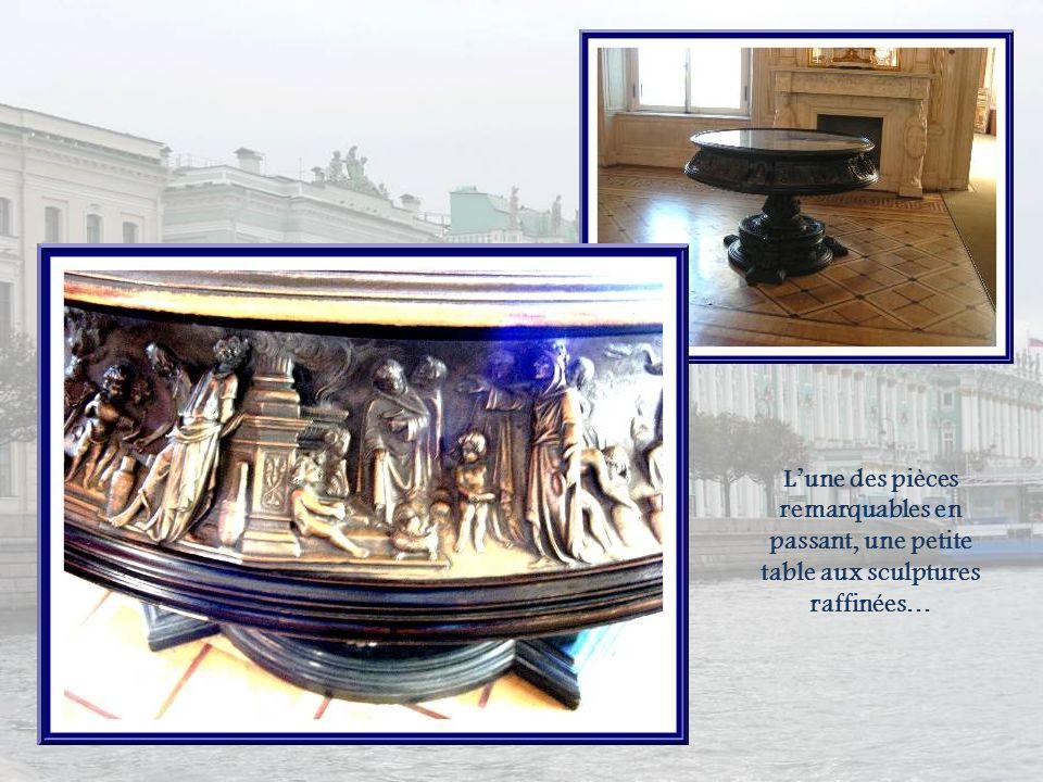 L'une des pièces remarquables en passant, une petite table aux sculptures raffinées…
