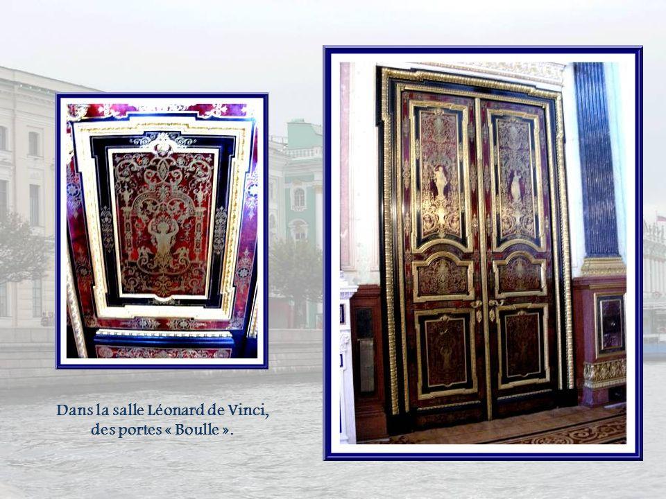 Dans la salle Léonard de Vinci, des portes « Boulle ».
