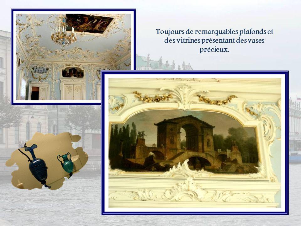 Toujours de remarquables plafonds et des vitrines présentant des vases précieux.