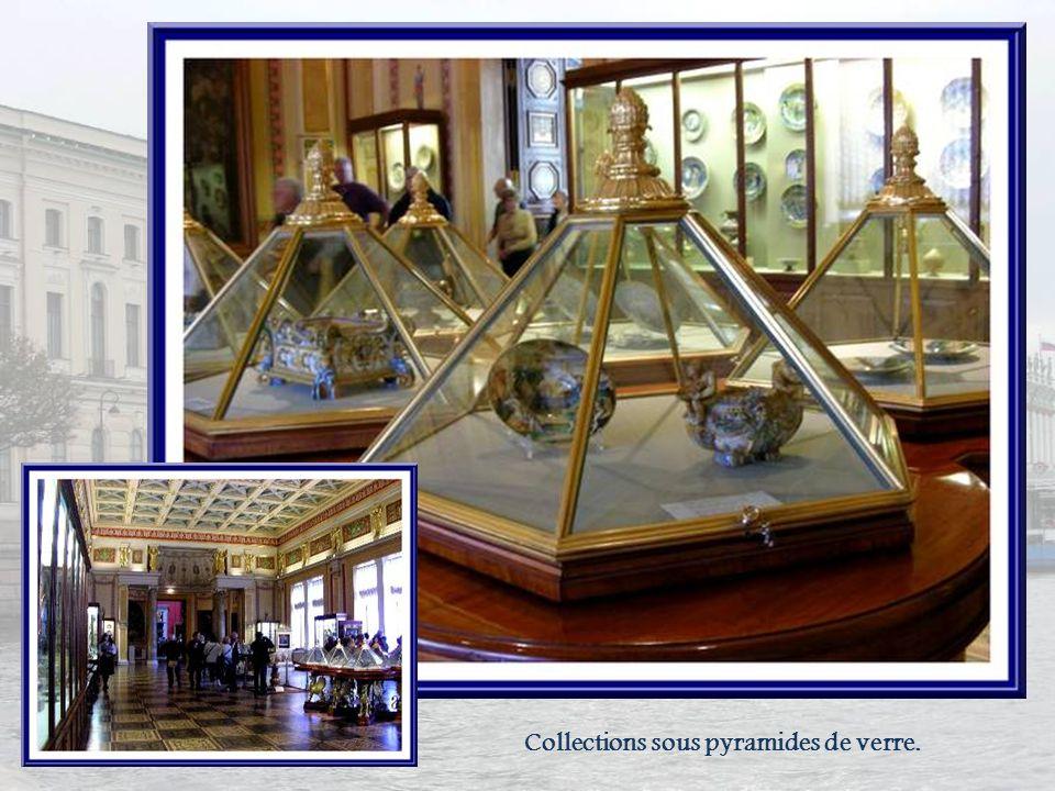 Collections sous pyramides de verre.