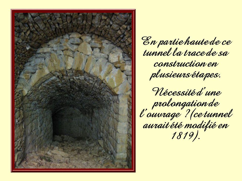 En partie haute de ce tunnel la trace de sa construction en plusieurs étapes.