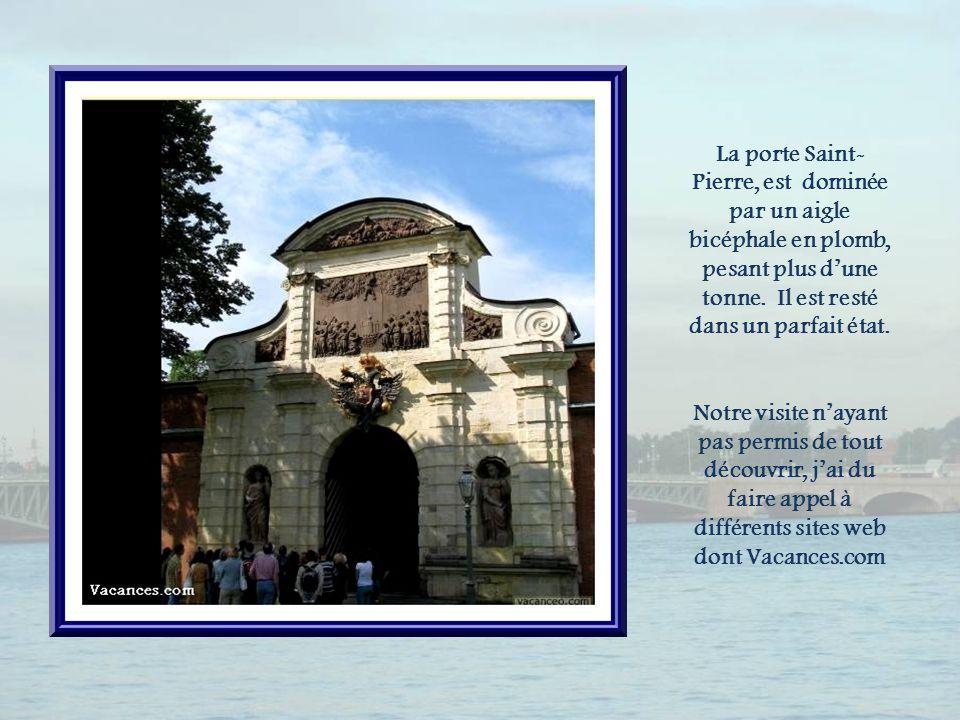 La porte Saint-Pierre, est dominée par un aigle bicéphale en plomb, pesant plus d'une tonne. Il est resté dans un parfait état.