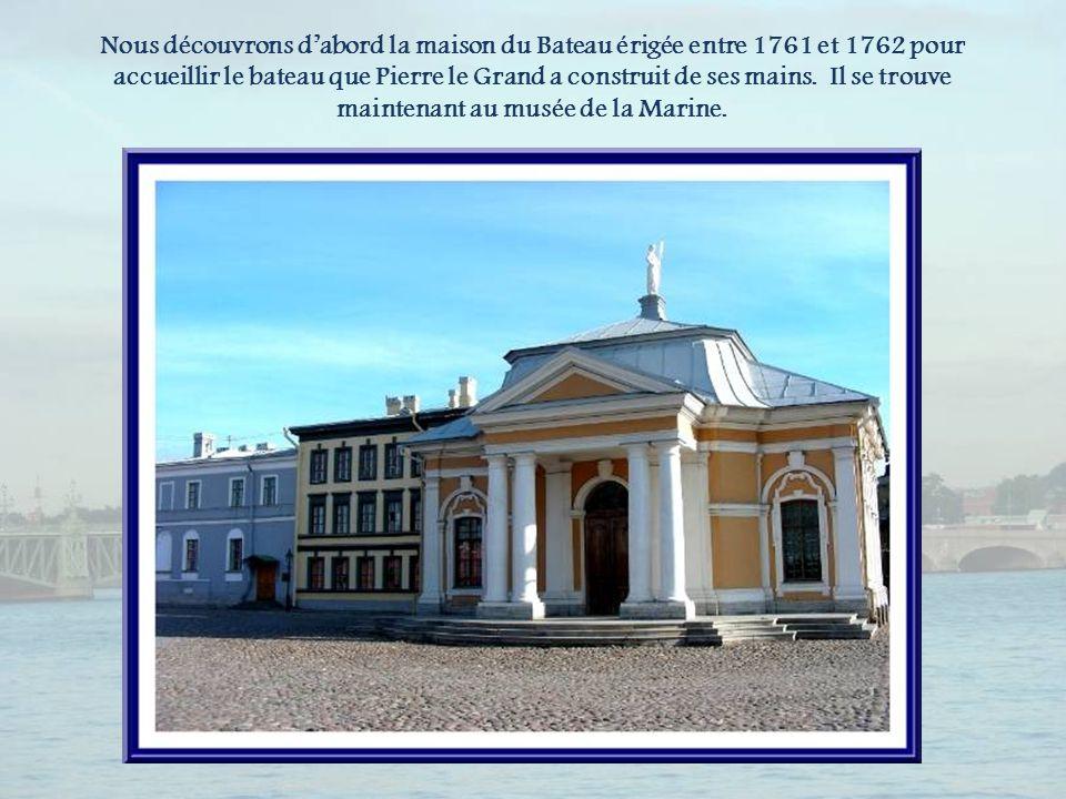 Nous découvrons d'abord la maison du Bateau érigée entre 1761 et 1762 pour accueillir le bateau que Pierre le Grand a construit de ses mains.