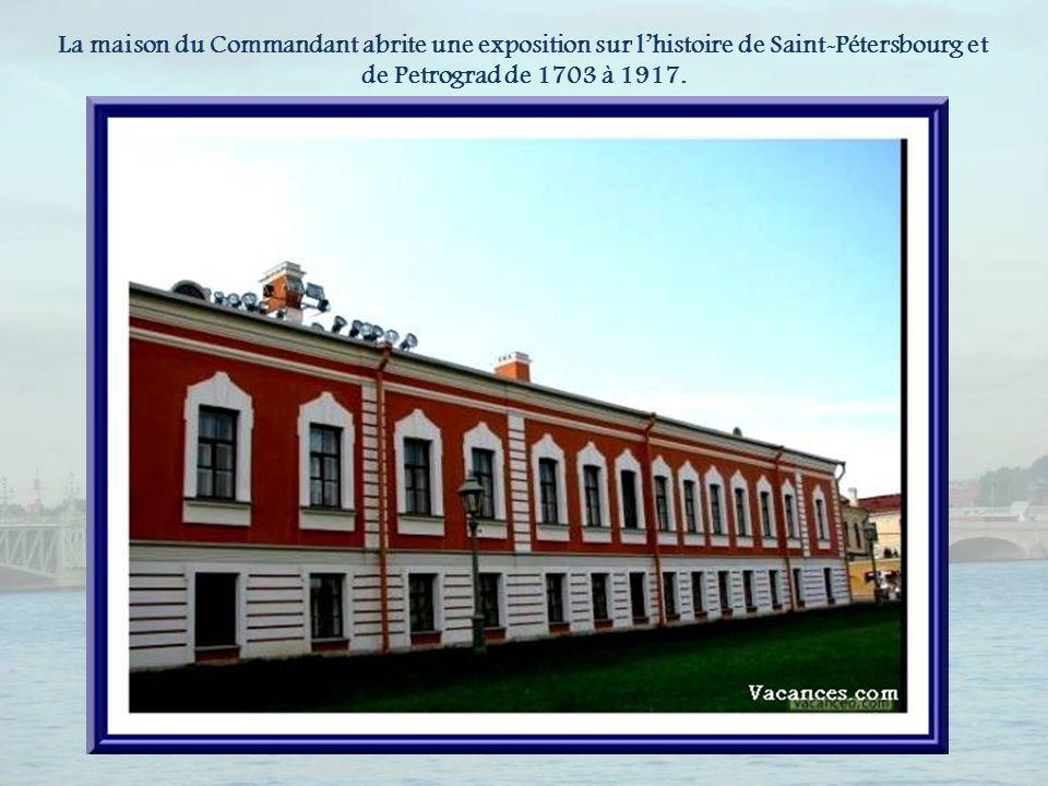 La maison du Commandant abrite une exposition sur l'histoire de Saint-Pétersbourg et de Petrograd de 1703 à 1917.