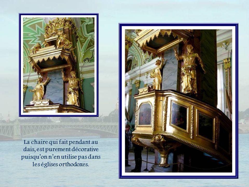 La chaire qui fait pendant au dais, est purement décorative puisqu'on n'en utilise pas dans les églises orthodoxes.