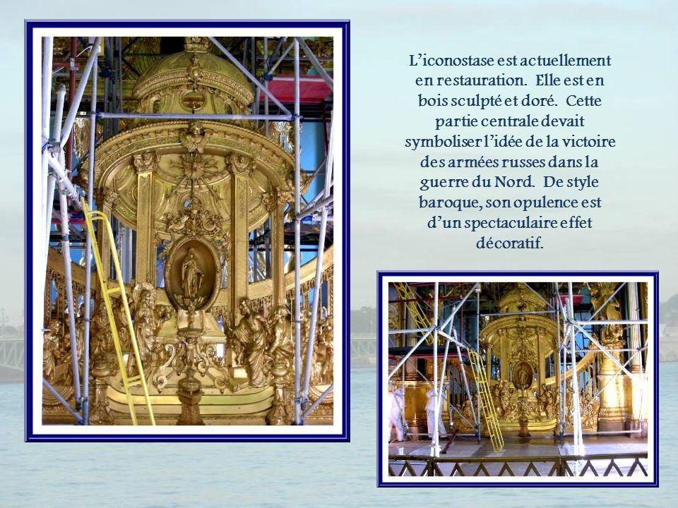 L'iconostase est actuellement en restauration