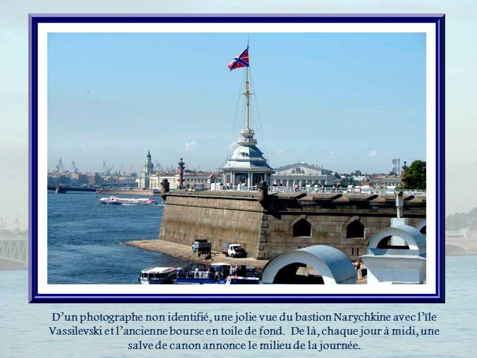 D'un photographe non identifié, une jolie vue du bastion Narychkine avec l'île Vassilevski et l'ancienne bourse en toile de fond.