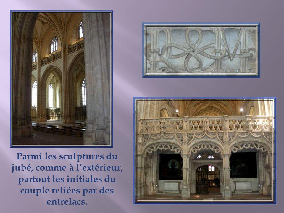 Parmi les sculptures du jubé, comme à l'extérieur, partout les initiales du couple reliées par des entrelacs.