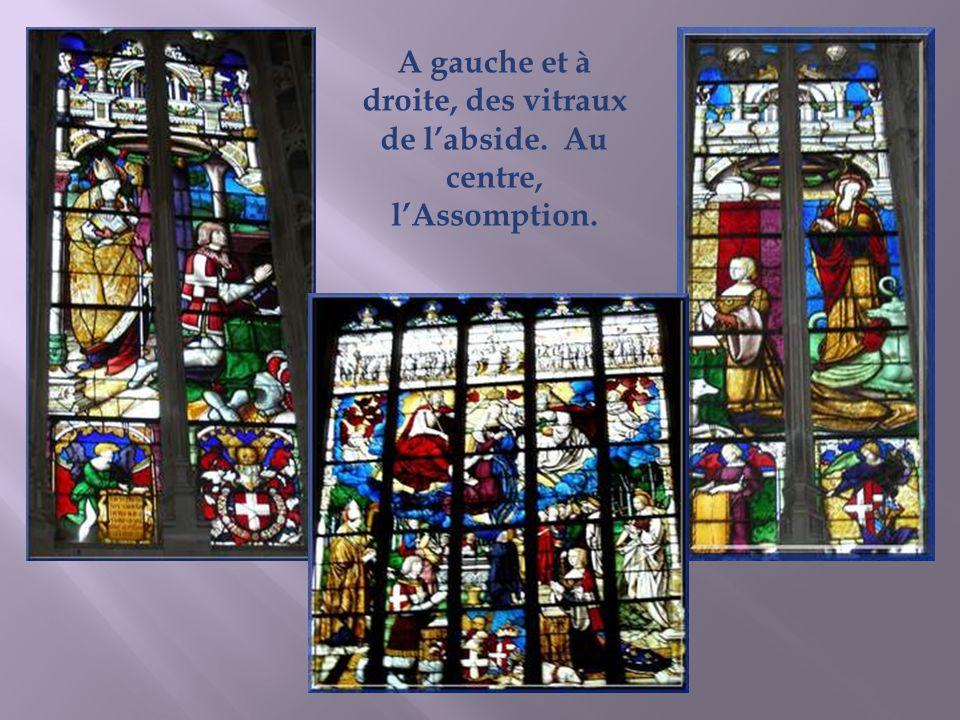 A gauche et à droite, des vitraux de l'abside. Au centre, l'Assomption.