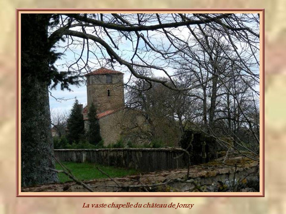 La vaste chapelle du château de Jonzy