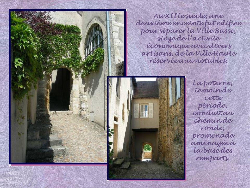 Au XIIIe siècle, une deuxième enceinte fut édifiée pour séparer la Ville Basse, siège de l'activité économique avec divers artisans, de la Ville Haute réservée aux notables.