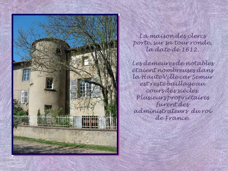 La maison des clercs porte, sur sa tour ronde, la date de 1612.