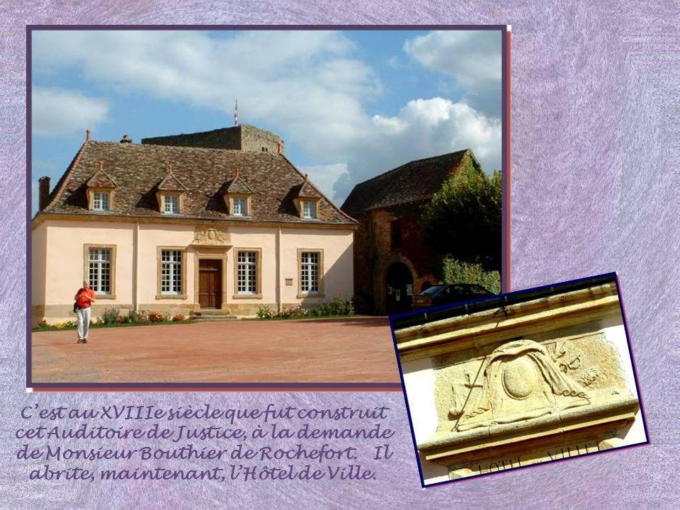 C'est au XVIIIe siècle que fut construit cet Auditoire de Justice, à la demande de Monsieur Bouthier de Rochefort.