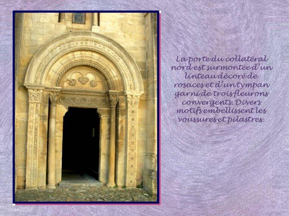 La porte du collatéral nord est surmontée d'un linteau décoré de rosaces et d'un tympan garni de trois fleurons convergents.