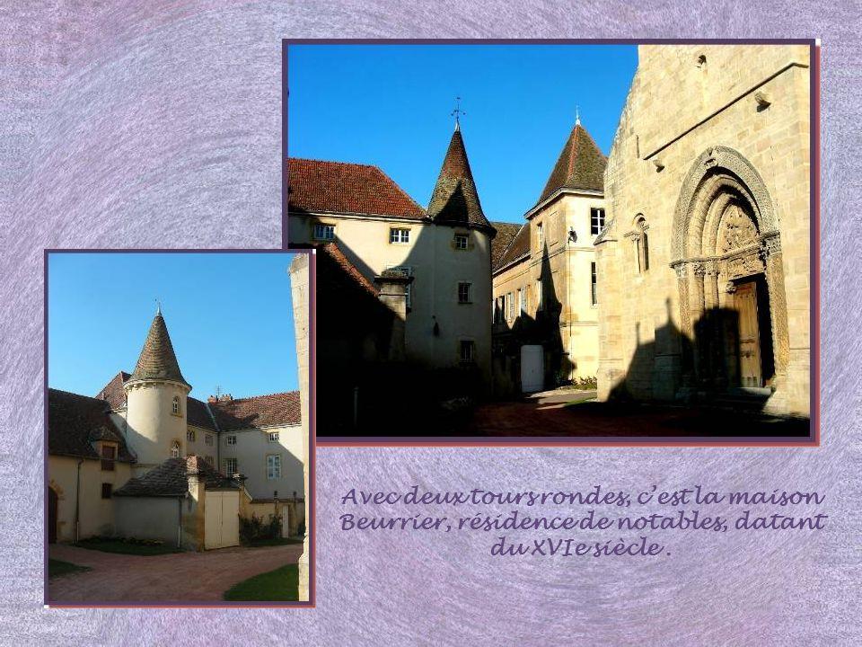 Avec deux tours rondes, c'est la maison Beurrier, résidence de notables, datant du XVIe siècle .