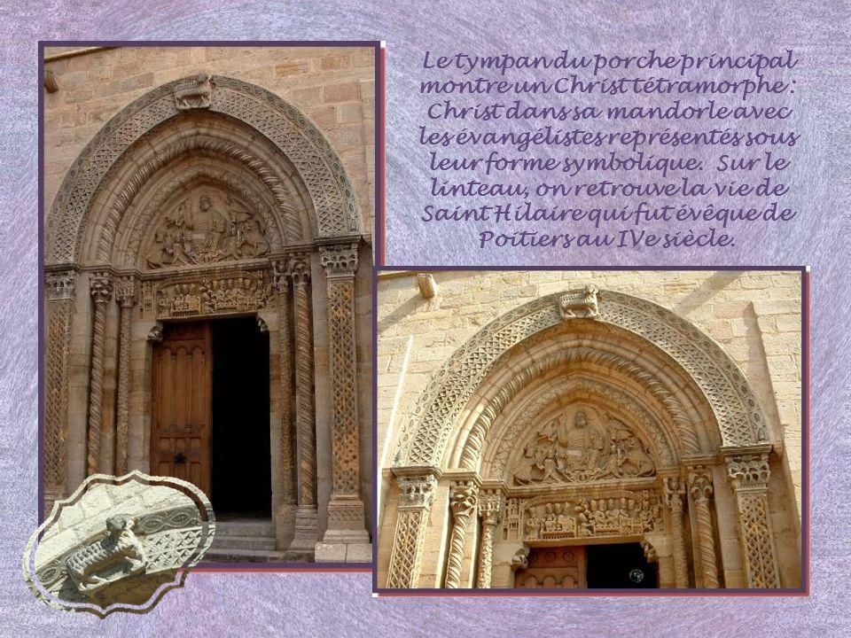 Le tympan du porche principal montre un Christ tétramorphe : Christ dans sa mandorle avec les évangélistes représentés sous leur forme symbolique.