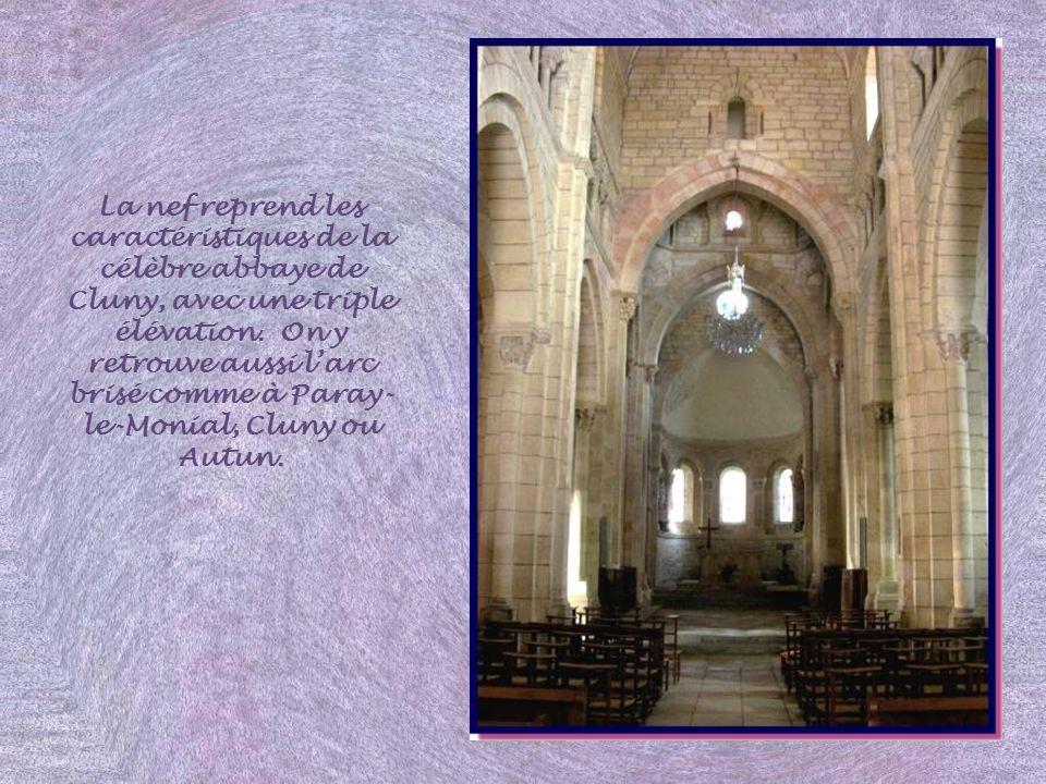 La nef reprend les caractéristiques de la célèbre abbaye de Cluny, avec une triple élévation.