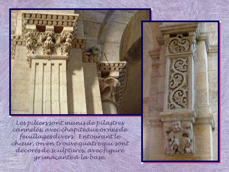 Les piliers sont munis de pilastres cannelés, avec chapiteaux ornés de feuillages divers.