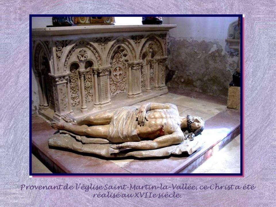 Provenant de l'église Saint-Martin-la-Vallée, ce Christ a été réalisé au XVIIe siècle.