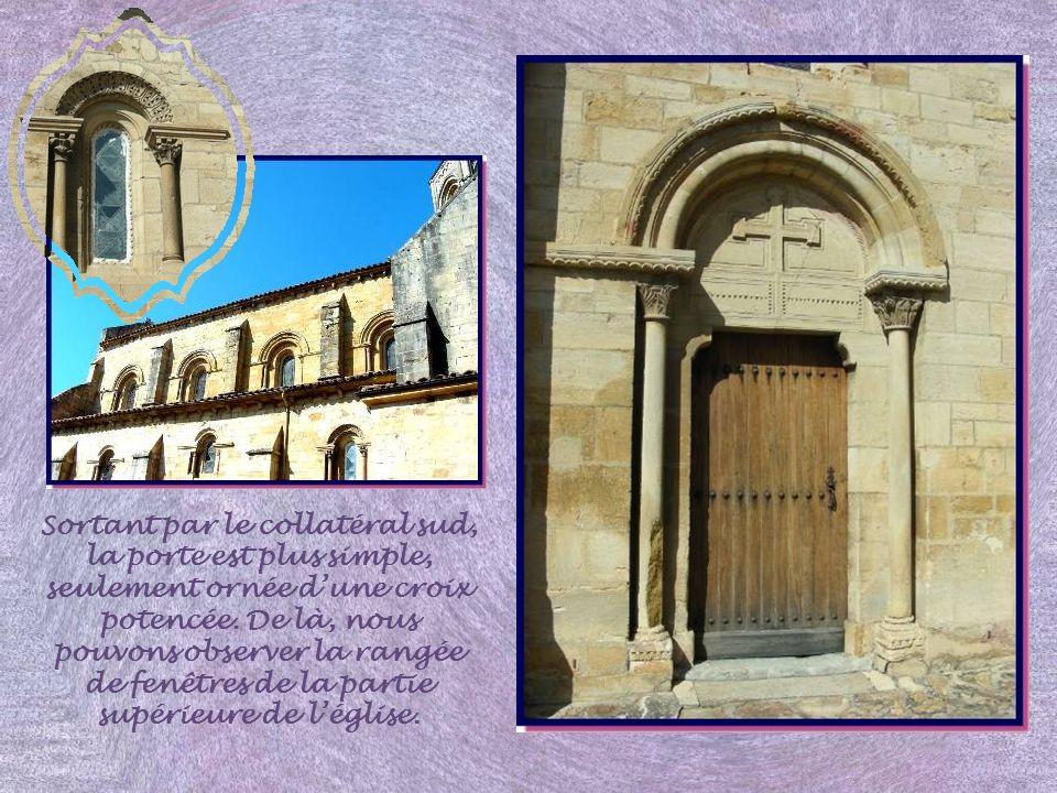 Sortant par le collatéral sud, la porte est plus simple, seulement ornée d'une croix potencée.