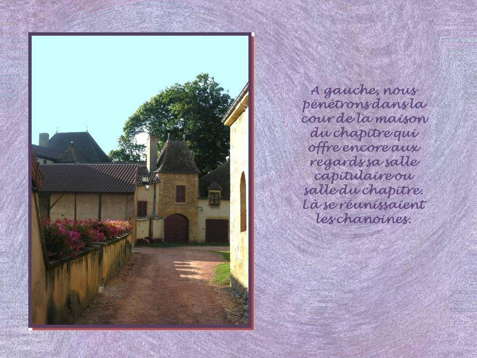 A gauche, nous pénétrons dans la cour de la maison du chapitre qui offre encore aux regards sa salle capitulaire ou salle du chapitre.