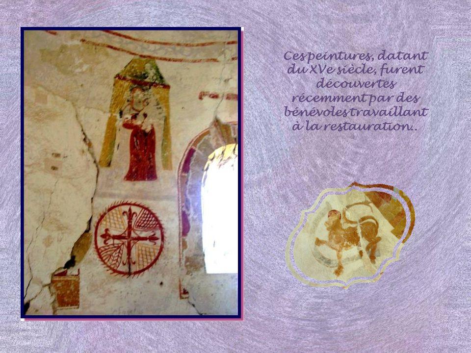 Ces peintures, datant du XVe siècle, furent découvertes récemment par des bénévoles travaillant à la restauration..