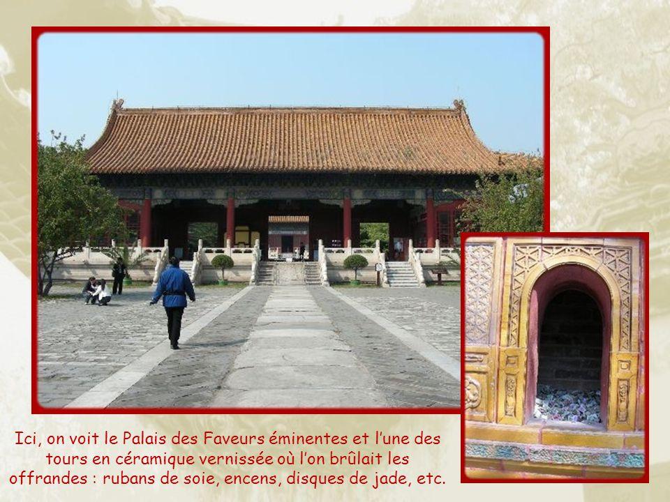 Ici, on voit le Palais des Faveurs éminentes et l'une des tours en céramique vernissée où l'on brûlait les offrandes : rubans de soie, encens, disques de jade, etc.