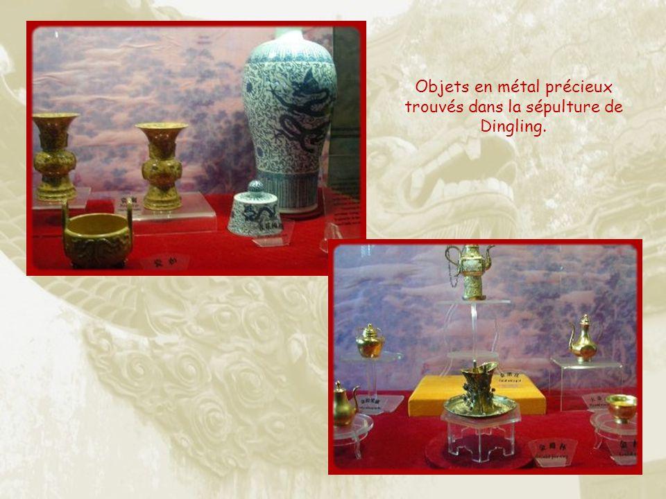 Objets en métal précieux trouvés dans la sépulture de Dingling.