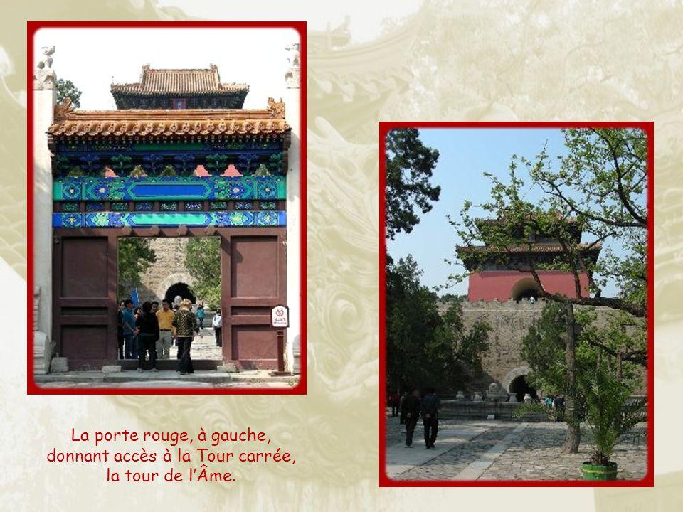 La porte rouge, à gauche, donnant accès à la Tour carrée, la tour de l'Âme.