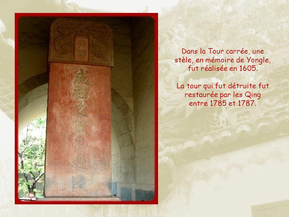 Dans la Tour carrée, une stèle, en mémoire de Yongle, fut réalisée en 1605.