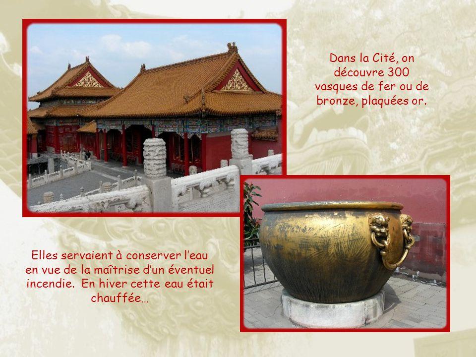 Dans la Cité, on découvre 300 vasques de fer ou de bronze, plaquées or.