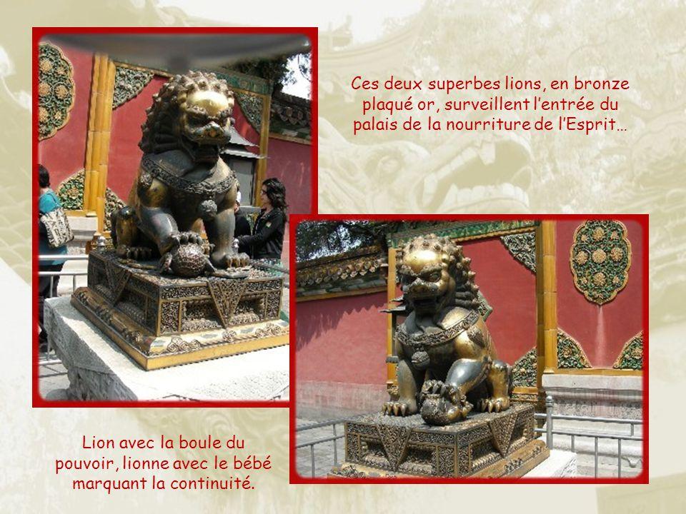 Ces deux superbes lions, en bronze plaqué or, surveillent l'entrée du palais de la nourriture de l'Esprit…