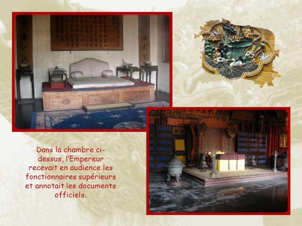 Dans la chambre ci-dessus, l'Empereur recevait en audience les fonctionnaires supérieurs et annotait les documents officiels.