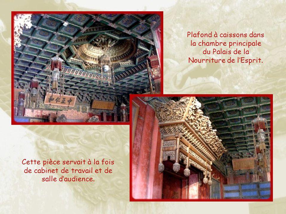 Plafond à caissons dans la chambre principale du Palais de la Nourriture de l'Esprit.