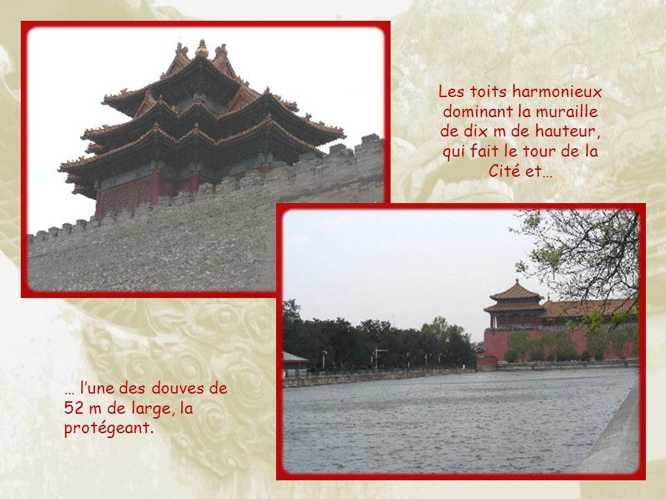 Les toits harmonieux dominant la muraille de dix m de hauteur, qui fait le tour de la Cité et…
