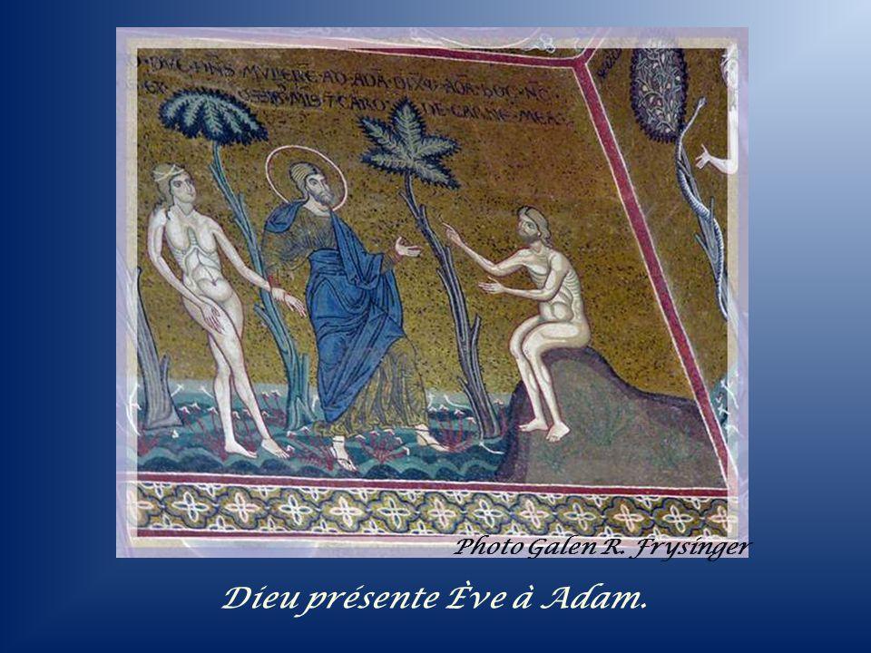 Dieu présente Ève à Adam.
