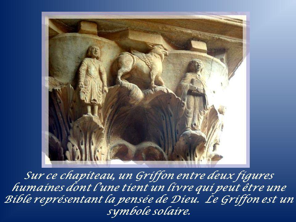 Sur ce chapiteau, un Griffon entre deux figures humaines dont l'une tient un livre qui peut être une Bible représentant la pensée de Dieu.