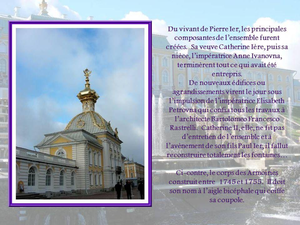 Du vivant de Pierre Ier, les principales composantes de l'ensemble furent créées. Sa veuve Catherine Ière, puis sa nièce, l'impératrice Anne Ivanovna, terminèrent tout ce qui avait été entrepris.