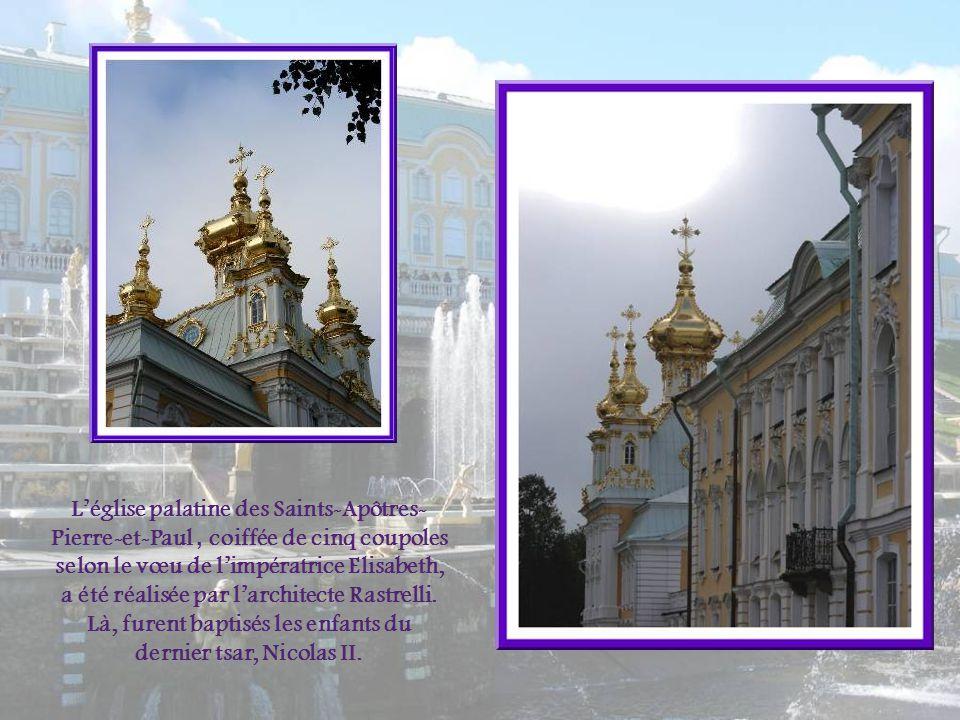 L'église palatine des Saints-Apôtres-Pierre-et-Paul , coiffée de cinq coupoles selon le vœu de l'impératrice Elisabeth, a été réalisée par l'architecte Rastrelli.