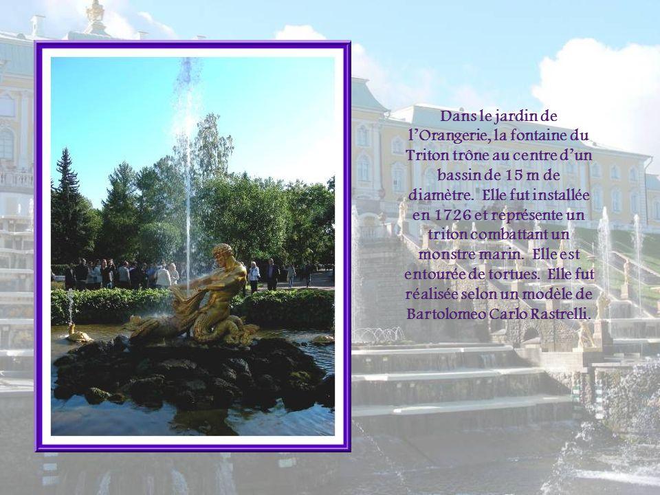 Dans le jardin de l'Orangerie, la fontaine du Triton trône au centre d'un bassin de 15 m de diamètre.