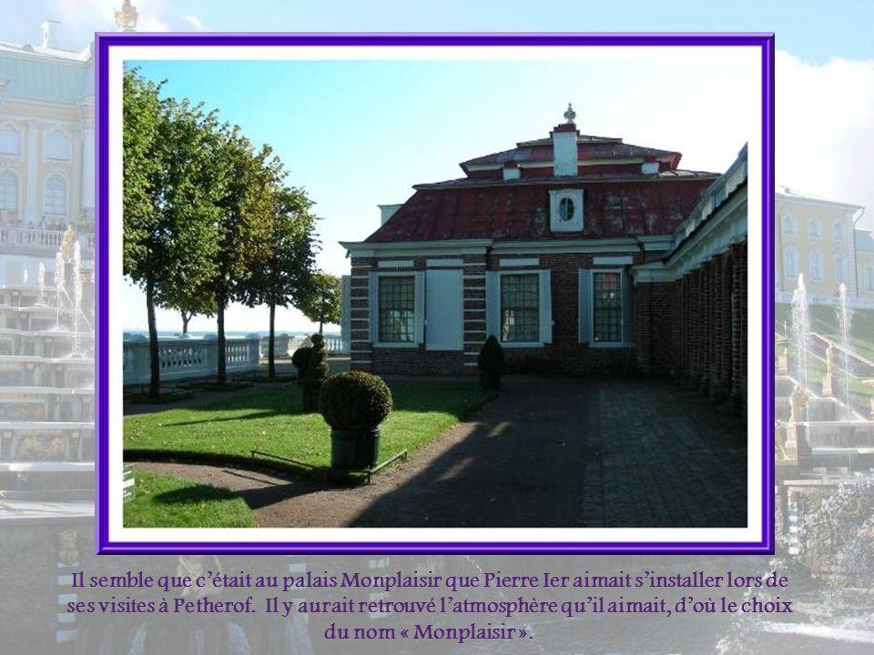 Il semble que c'était au palais Monplaisir que Pierre Ier aimait s'installer lors de ses visites à Petherof.