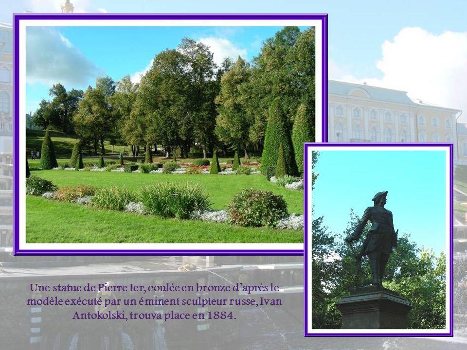 Une statue de Pierre Ier, coulée en bronze d'après le modèle exécuté par un éminent sculpteur russe, Ivan Antokolski, trouva place en 1884.